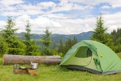 Acampamento em uma área montanhosa com cozimento do equipamento Imagens de Stock Royalty Free