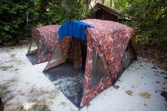 Acampamento exterior na floresta imagens de stock royalty free