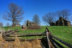 Acampamento histórico de la cabaña de madera del parque de la fragua del valle imagen de archivo