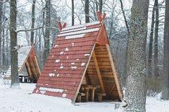 Acampamento na floresta do inverno imagens de stock