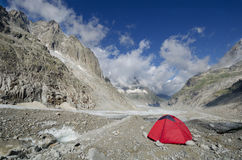 Acampamento na geleira de Leschaux nos cumes franceses Foto de Stock Royalty Free