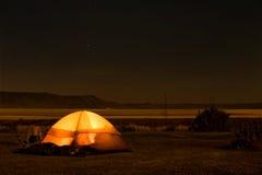 Acampamento na noite Fotos de Stock Royalty Free