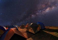 Acampamento na parte superior da montanha sob a Via Látea clara Imagens de Stock