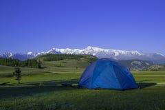 Acampamento nas montanhas Curso com barraca do turista fotos de stock