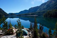 Acampamento nas montanhas pelo lago Fotos de Stock