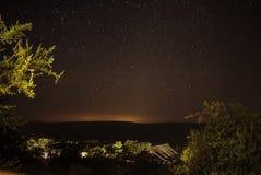 Acampamento no arbusto aberto em África do Sul com noite estrelado bonita fotos de stock