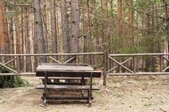 Acampamento no verão Banco de madeira no piquenique da floresta na conveniência da floresta entre a natureza r fotos de stock