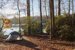 Acampamento pelo lago Imagem de Stock