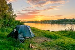 Acampamento pelo rio Barracas e equipamento de acampamento Foto de Stock