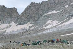 Acampamento perto da passagem sul de Belag, Cáucaso do turista da montanha Fotografia de Stock Royalty Free