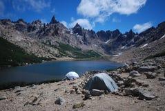 Acampamento perto de um lago azul Imagens de Stock
