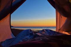 Acampamento perto do oceano Fotografia de Stock Royalty Free