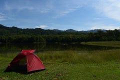 Acampamento perto do reservatório Imagem de Stock
