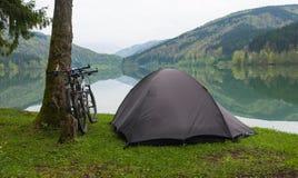Acampamento por um lago Imagens de Stock
