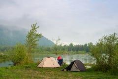 Acampamento por um rio Imagens de Stock Royalty Free
