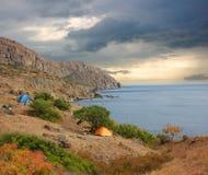 Acampamento pouco espontâneo A costa de Crimeia, o Mar Negro, perto de Feodosia fotografia de stock royalty free