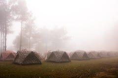 Acampamento sob a névoa do mar fotografia de stock royalty free