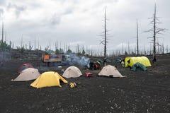 Acampamento turístico na madeira inoperante na península de Kamchatka Fotos de Stock