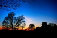 Acampamento y árboles del parque de la fragua del valle en la puesta del sol Imagen de archivo