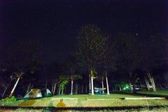 Acampando en la noche, Huai Kha Khaeng Wildlife Sanctuary, Tailandia, Imagen de archivo