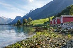 Acampando en la orilla de Nordfjord, Noruega fotografía de archivo
