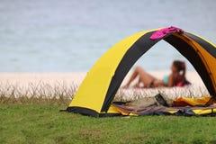 Acampando en la playa, mujeres en el bikini que se relaja cerca de la tienda Fotografía de archivo libre de regalías