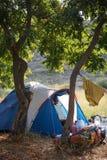 Acampando en naturaleza, en las montañas de Georgia, Borjomi en verano imagen de archivo libre de regalías