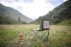 Acampando en naturaleza, en las montañas de Georgia, Borjomi en verano fotos de archivo