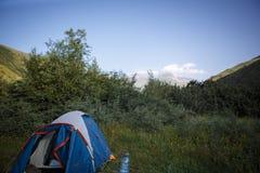 Acampando en naturaleza, en las montañas de Georgia, Borjomi en verano foto de archivo libre de regalías