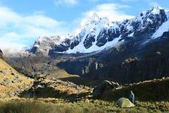 Acampando en Santa Cruz Trek - el parque nacional de Huascaran, Perú foto de archivo libre de regalías