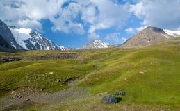 Acampar dos viajantes da bicicleta nas montanhas imagem de stock