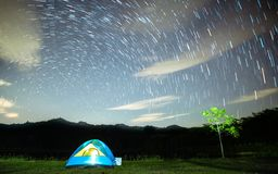 Acampar em um feriado com luz das estrelas na noite, com as temperaturas frescas que estão sendo tomadas bem com as lentes largas foto de stock