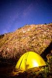Acampar sob milhões protagoniza no vale de Darma nos Himalayas fotos de stock royalty free