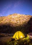 Acampar sob milhões protagoniza no vale de Darma nos Himalayas foto de stock royalty free