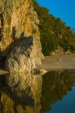 Acantilado amarillo sobre el río tranquilo imagen de archivo libre de regalías