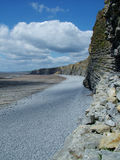 Acantilado con la línea de la playa Imágenes de archivo libres de regalías