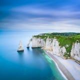 Acantilado de Etretat Aval y señal y océano de las rocas. Normandía, Francia. Foto de archivo