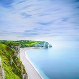 Acantilado de Etretat Aval y señal y océano de las rocas. Normandía, Francia. Fotografía de archivo