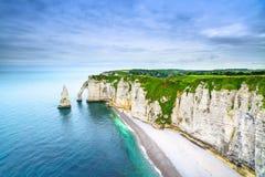Acantilado de Etretat Aval y señal y océano de las rocas. Normandía, Francia. Foto de archivo libre de regalías