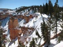 Acantilado de la barranca de Bryce en la nieve Imagenes de archivo