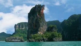 Acantilado de la torre del Ao Nang en Pai Plong Bay, el mar de Andaman, Krabi, Tailandia fotos de archivo