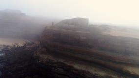 Acantilado de la visión aérea en niebla en la costa de Océano Atlántico metrajes