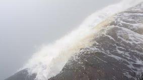 Acantilado de los lflows de la cascada almacen de metraje de vídeo
