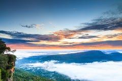 Acantilado de Pha MES I Daeng y el mar de la niebla por la mañana Foto de archivo libre de regalías