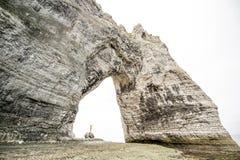 Acantilado de piedra con un pasillo fotos de archivo