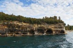 Acantilado del superior de lago escénico imagenes de archivo