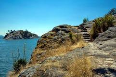 Acantilado e isla Imágenes de archivo libres de regalías