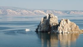 Acantilado en agua foto de archivo libre de regalías