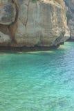 Acantilado en el mar verde foto de archivo