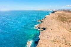 Acantilado en la costa pintoresca del mar Mediterráneo con agua de la turquesa, costa costa de una opinión aérea de la altura imágenes de archivo libres de regalías